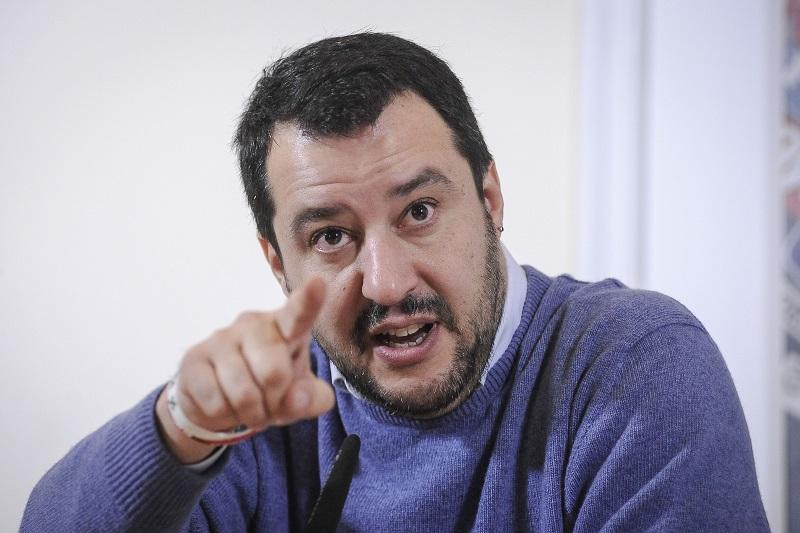 Matteo Salvini saluta i marittimi torresi