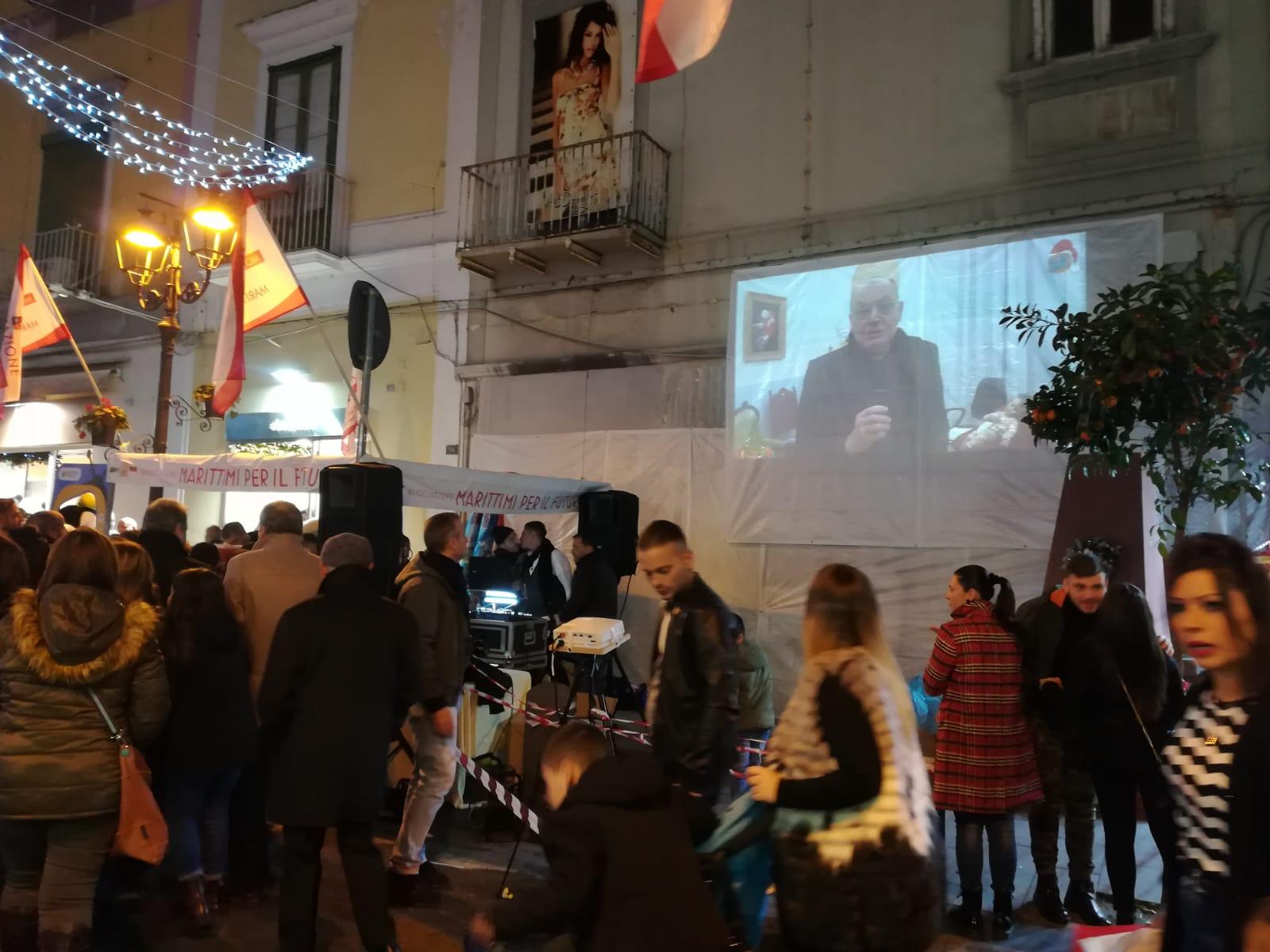 Natale a Torre del Greco: bagno di folla allo stand dei Marittimi con animazione e popcorn